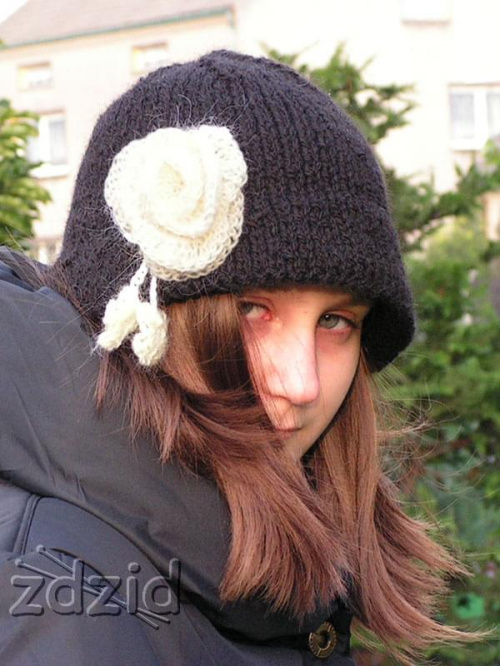kapelusik na drutach + szydełkowa broszka