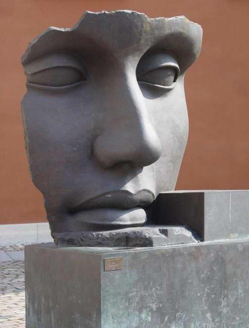rRzeźba Igora Mitoraja na warszawskiej starówce