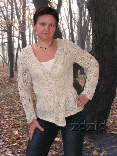 kopertowy sweterek z wzorem liści