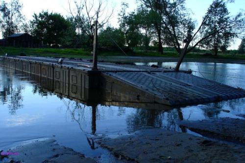 Rzeka Pisa i budowa mostu pontonowego #Pisa #MostPontonowy